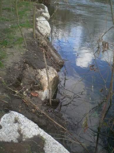 as-pedras-da-escollera-a-intemperie-a-terra-que-a-cubria-foi-parar-ao-rio